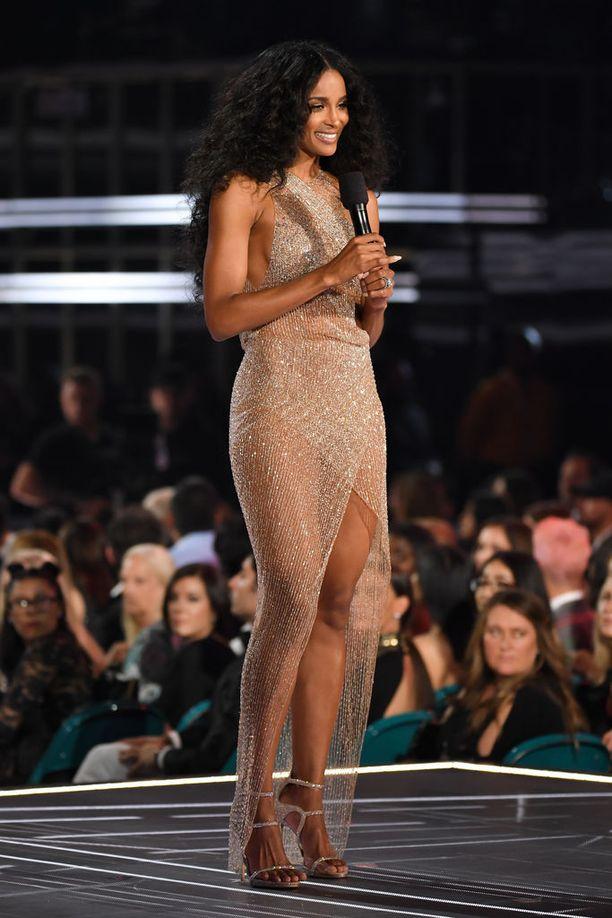 Ciara oli palkintojenjakana gaalassa.