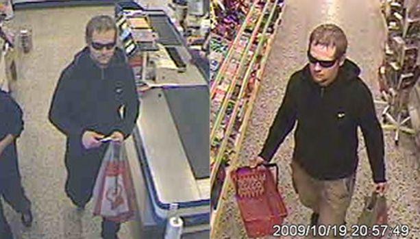 Maanantaina tapahtuneesta ryöstöstä ja ryöstön yrityksestä epäilty mies valvontakamerakuvassa. Helsingissä hän käytti mustia housuja, Espoossa vaaleita.