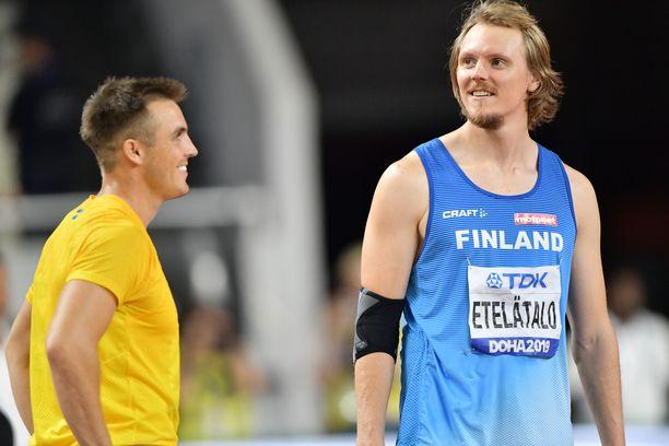 Lassi Etelätalo heitteli löysiä keihäsfinaalin aikana Ruotsin Kim Ambin (vas.) kanssa. Suomalainen oli neljäs, ruotsalainen kahdeksas.
