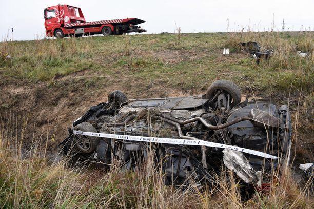 Ylinopeutta ajanut auto ajautui pientareelle, törmäsi siltarumpuun ja vieri siitä noin 50 metrin päähän ojaan.