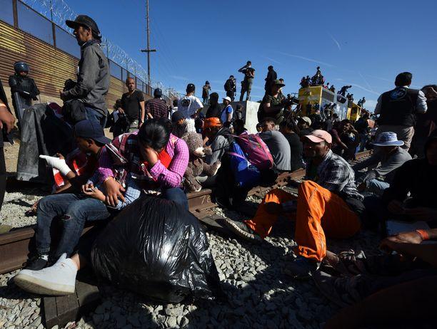 Siirtolaisia Meksikon ja Yhdysvaltain rajalla. Kuvituskuva.