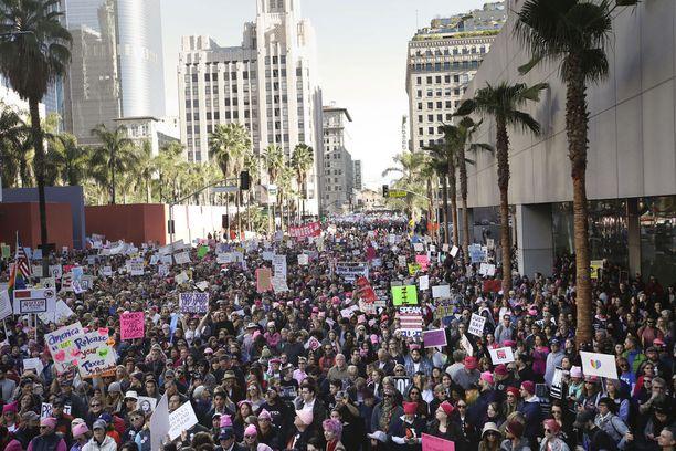 Mielenosoittajia Los Angelesissa.
