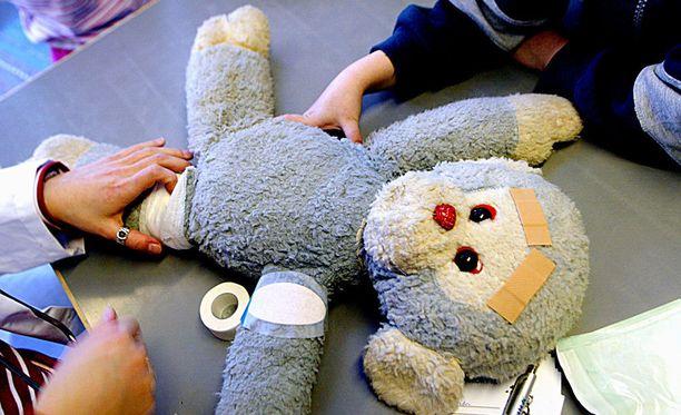 Lapsen isän mukaan lapselle opetettiin, miten toimia, jos joku käyttäytyy väkivaltaisesti.