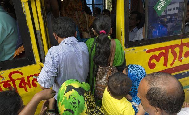 Linja-autot ovat Intiassa usein ääriään myöten täynnä.