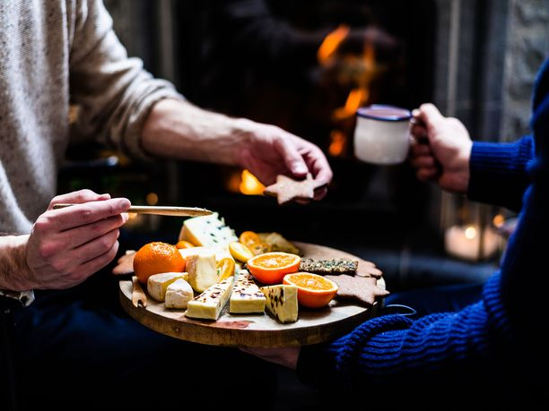 Perinteinen glögi sopii hyvin esimerkiksi kotimaisista herkuista rakennetun juustotarjottimen kylkeen.