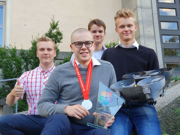 Tampereen lyseon lukion abit Vilhelm Toivonen, Niilo Viheriäranta, Aapo Leppänen ja Arimo Gustafsson voittivat dronellaan hopeaa kovatasoisessa keksintökisassa Kiinassa.