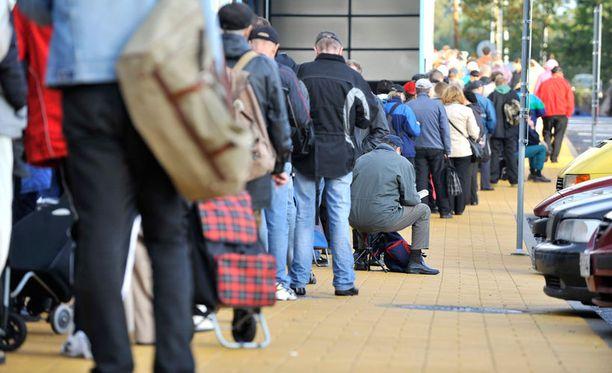 Suomen työttömyysluvut ovat hurjalla tasolla. Siksi esimerkiksi Espoossa maistereita on jo leipäjonossakin.