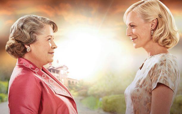 Elizabeth ja Sarah käyvät vielä viimeisen, luottamuksellisen keskustelun.