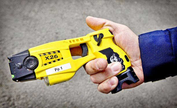 Poliisi joutui käyttämään kiinniottotilanteessa etälamautinta vastarinnan murtamiseksi ja tekijän saamiseksi rautoihin. Kuvituskuva.