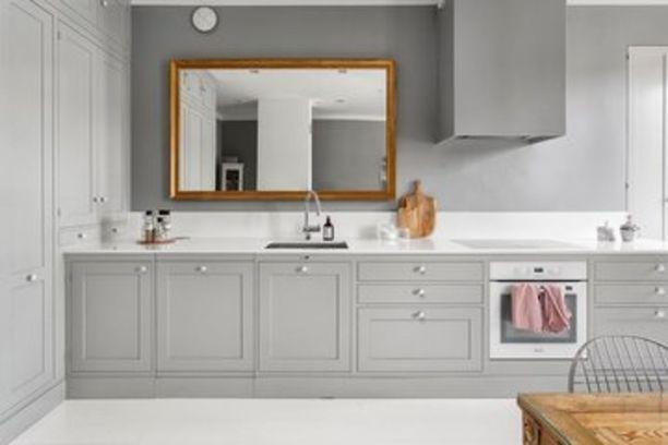 Tämä ratkaisu on ideaali ainakin pienessä keittiössä. Työtason ylle ripustettu peili saa tilan näyttämään suuremmalta.