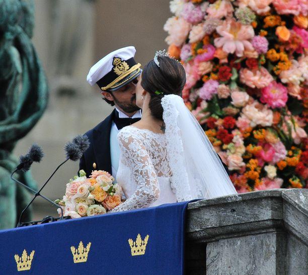 Prinssin häät vuonna 2015 kiinnostivat suuresti myös kansainvälisesti. Tässä tuore aviopari suutelee.