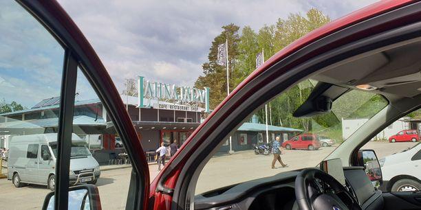 Lahnajärven taukopaikan parkkialue täyttyi taas autoista kuten silloin joskus ennen. Vain bussit puuttuivat.