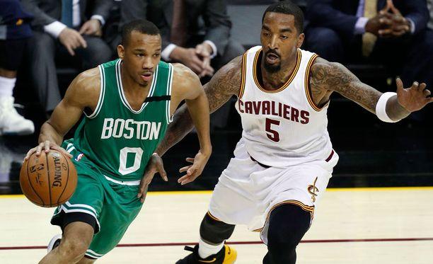 """""""Oispa kaljaa"""", saattoi J. R. Smith (oik.) tuumia NBA:n pudotuspeleissä."""
