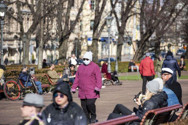 THL:n johtaja Mika Salminen on iloisesti yllättynyt, miten hyvin suomalaiset ovat asetettuja rajoituksia noudattaneet. Kuva Helsingin Esplanadin puistosta vappuaattona 2020.
