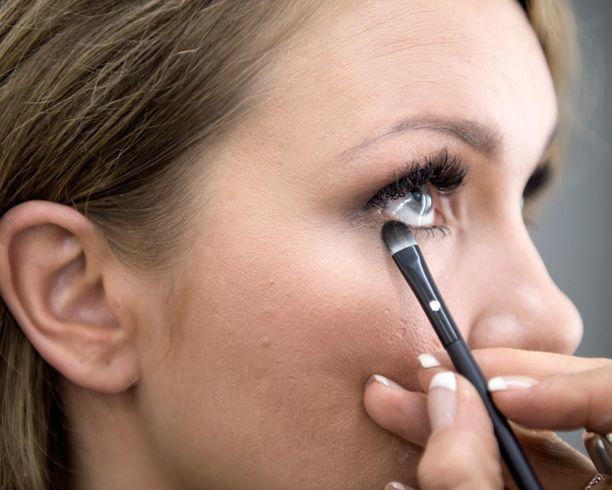Johanna haluaa opetella itsekin tekemään tumman silmämeikin.