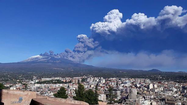 Jouluaattona purkautunut Etna on aiheuttanut Sisiliassa useita järistyksiä.