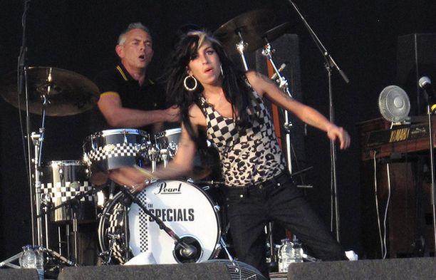 Amy esitti The Specialsin kanssa kaksi biisiä.