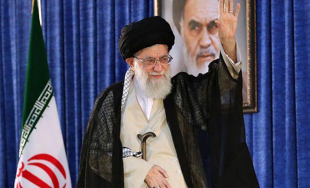 Iranin johtaja Ajatollah Khamenei on ilmoittanut maan jatkavan uraanin rikastamista, jos ydinsulkusopimus kaatuu.