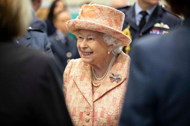 Kuningatar suosii värikkäitä vaatteita, koska niiden ansiosta hän erottuu helpommin massasta. Mukana on kuitenkin aina varmuuden vuoksi myös musta asu.