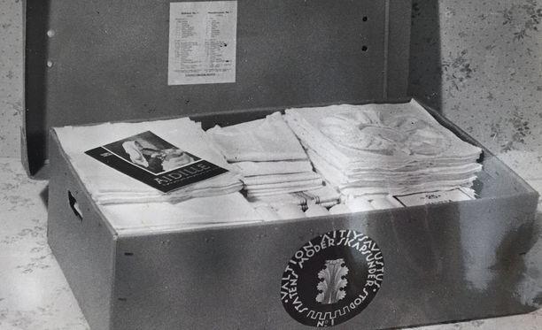 Vuoden 1949 äitiyspakkauksen päällimmäisinä olivat pitsikauluri ja opaskirja äidille.