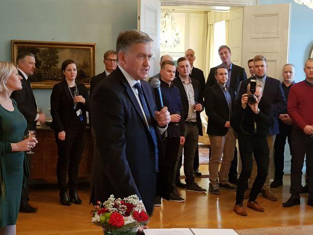 Suurlähettiläs Anders Ahnlid kiitti suomalaisia palomiehiä Ruotsin suurlähetystössä Helsingissä.
