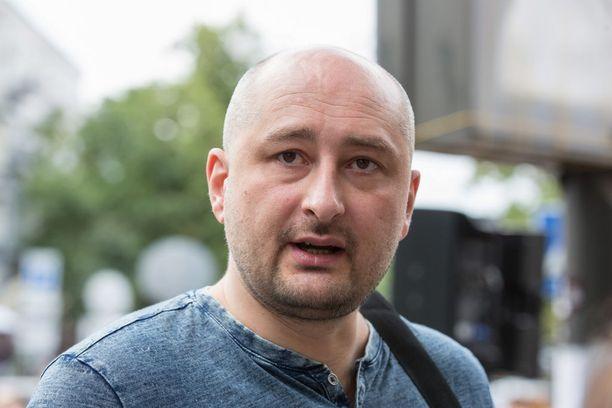 Arkadi Babchenko oli joutunut pakenemaan Venäjältä vuonna 2017 poliittisten mielipiteidensä ja kärkkäiden kirjoitustensa vuoksi.
