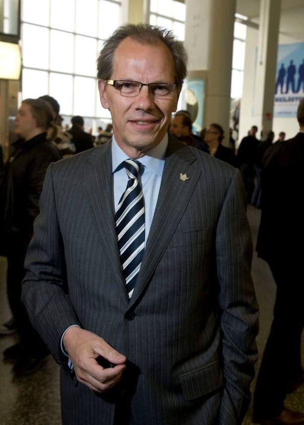 EK:n toimitusjohtaja Mikko Pukkinen pelasi mustan pekan ay-keskusjärjestöjen käsiin.