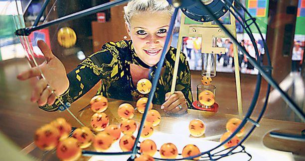 Veikkauksen tiedottaja Annina Heikelä kahvittelee työnsä puolesta lottomiljonäärien kanssa.