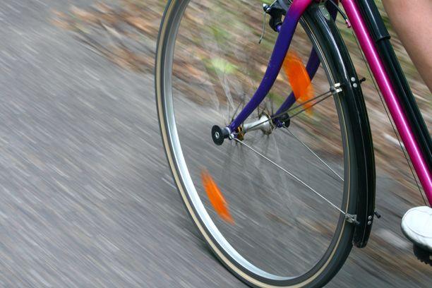 Autoilija törmäsi polkupyöräilijään Lahdessa. Kuvituskuva.
