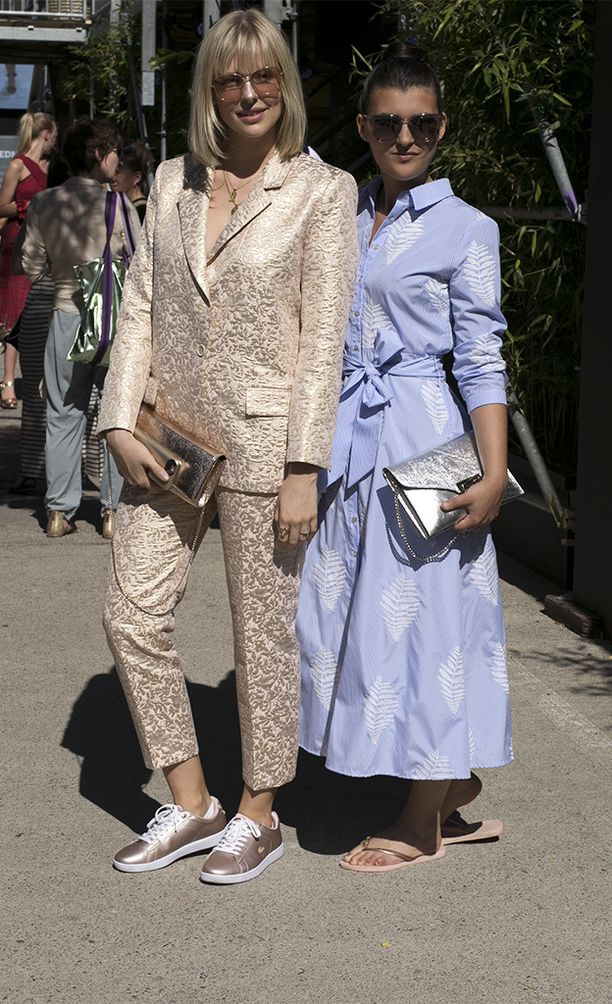 Miniraitaa, tietenkin vaaleansinisenä. Vierellä toinen muotiviikon hitti, erikoisesta kankaasta valmistettu power dressing -tyylinen puku.