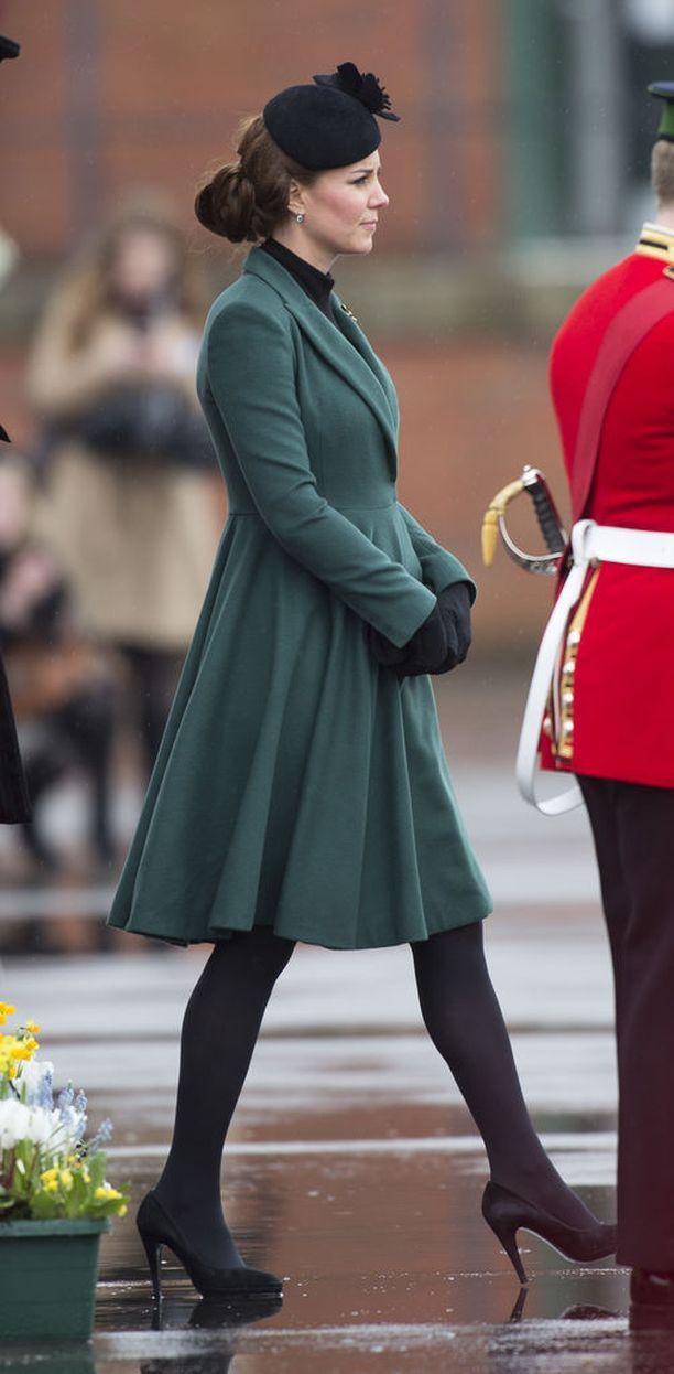 Tässä herttuatar Catherinen pullonvihreä tyylinäyte odottavien kuninkaallisten lempivaatteesta eli takkimekosta vuodelta 2013.