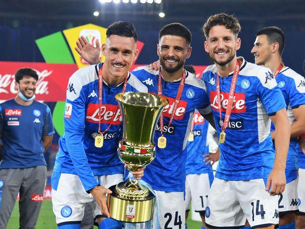 Jose Callejon (vas.) Lorenzo Insigne (kesk.) ja Dries Mertens juhlivat seuran kuudetta Italian cupin voittoa Rooman olympiastadionilla.