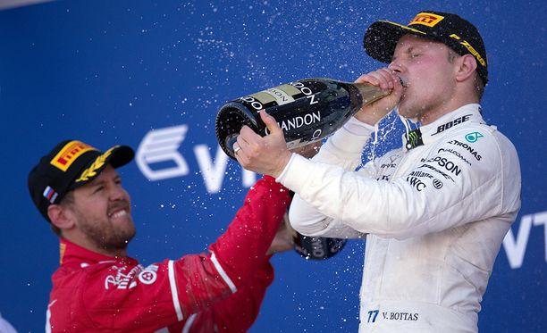 Valtteri Bottas hörppäsi kuohujuomaa ensimmäistä kertaa ykköspallilla huhtikuun lopussa Venäjän GP:ssä. Sebastian Vettel jäi silloin toiseksi.