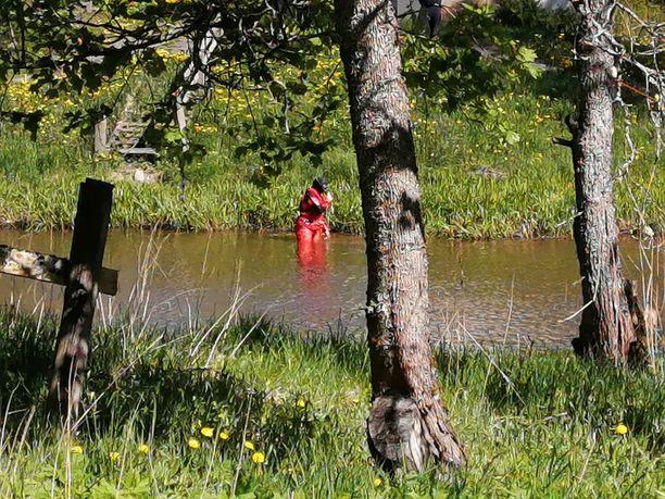 Pintapelastajat etsivät vedestä ihmistä.