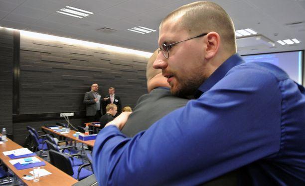 Sebastian Tynkkynen otti vastaan onnitteluja puheenjohtajapaikasta.
