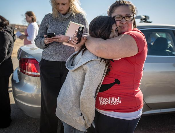 Lisa Madero halasi helpottuneena 12-vuotiasta tytärtään ammuskelun jälkimainingeissa.