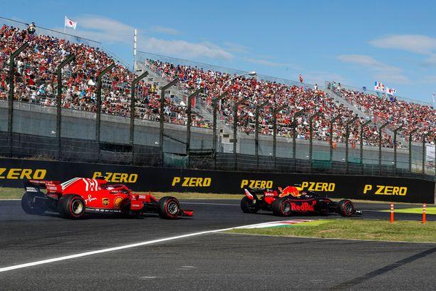 Max Verstappen osui Japanin GP:n tuoksinassa yhteen molempien Ferrari-kuljettajien kanssa.