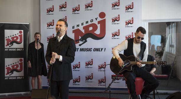 Hurts esiintyi Radio NRJ:llä muutamalle onnekkaalle fanille.