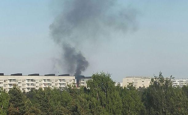 Kerrostalo on tulessa Helsingin Kontulassa.