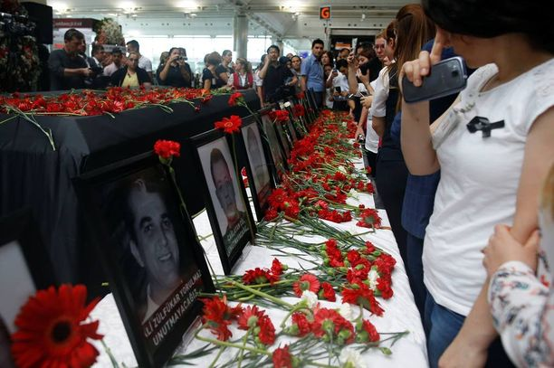 Ihmisit surivat Istanbulin terrori-iskun uhreja torstaina.