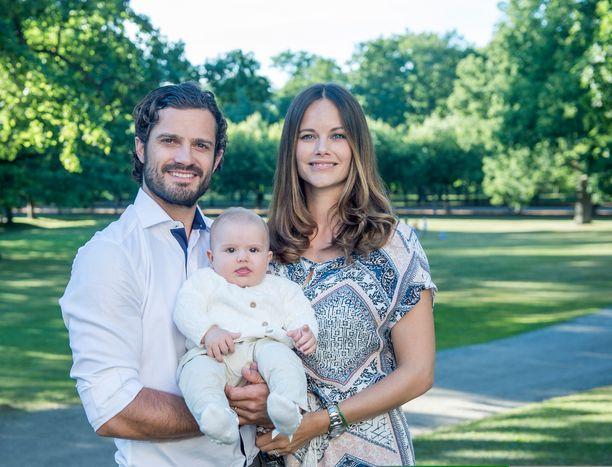Ruotsin hovissa oli varsinainen vauvakevät, kun sekä Victoria että Carl Philip saivat jälkikasvua. Kuvassa prinssi Alexander äitinsä Sofian ja isänsä sylissä.