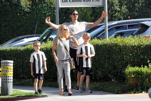 Zlatanin ammattilaisuran käänteissä eri puolilla Eurooppaa asuneelle perheelle Los Angeles on entuudestaan tuttu paikka. Kuvassa perhe lomailee Kaliforniassa vuonna 2015.
