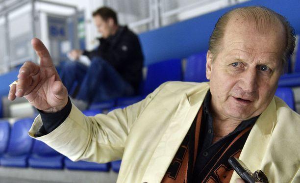 Juhani Tamminen antaa kyytiä ruotsalaisille. Ruotsia loistavasti puhuva turkulainen seuraa tiiviisti länsinaapurin mediaa.