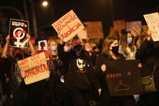 Kymmenet tuhannet aborttilain rajausta vastustavat puolalaiset osoittivat maanantaina mieltään ympäri maan.