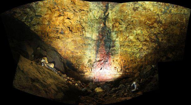 Thrihnukagigurin upeat, värikkäät seinämät. Thrihnukagigur on aito tulivuori, mutta se on uinunut 4 000 vuotta, joten siellä voi vierailla turvallisesti.