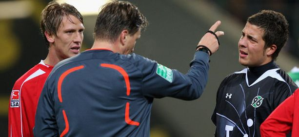 Hannoverin maalivahti Florian Fromlowitz ajettiin toisella jaksolla kentältä.