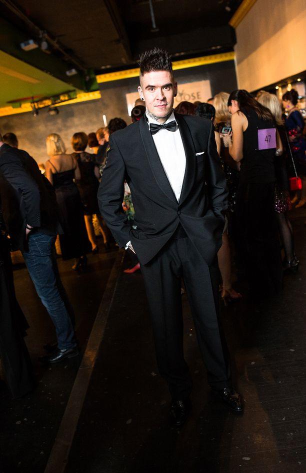 Illan juontaja Kristoffer Ignatius harkitsee vakavasti myös itse ProAm kisaamisen aloittamista. -Suomi kaipaa tällaista tyylikästä tanssia, jossa ihmiset hymyilevät. Tämä on parempi vaihtoehto baarille ja drinkille, hän sanoo.