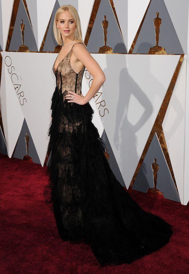 Näyttelijä Jennifer Lawrence yllätti rohkealla asuvalinnallaan.