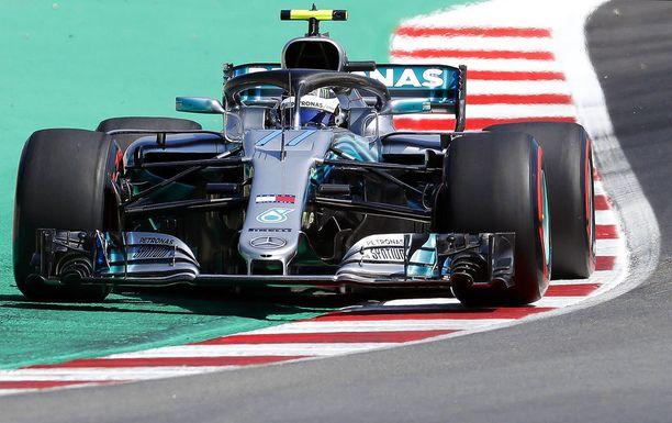 Valtteri Bottas nappasi Espanjassa kauden kolmannen kakkossijansa, kun Mercedes juhli kauden ensimmäistä kaksoisvoittoaan.