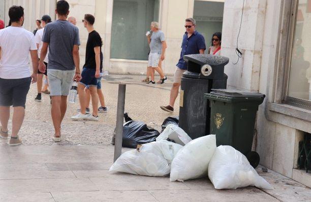 Lähes 40 asteen lämpötilaan jätetyt roskat alkavat käydä nopeasti ja haisevat.